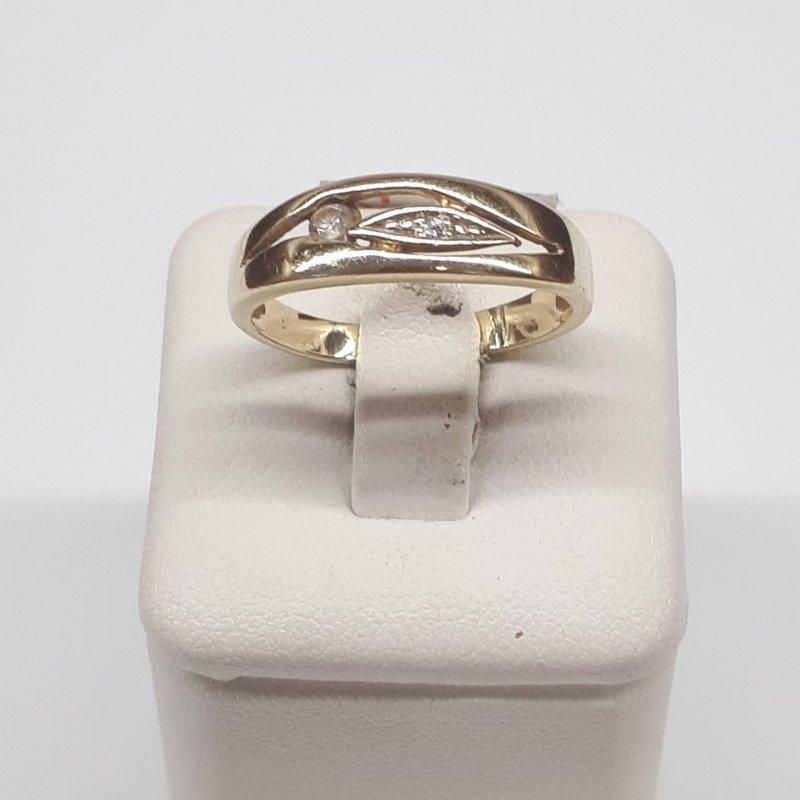 Złoty pierścionek zdobny